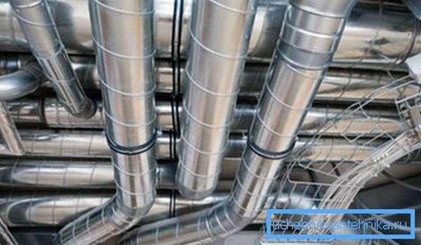 Вентиляционные воздуховоды на предприятии.