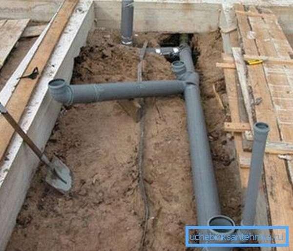 Вертикальные участки канализационных труб нужно обрезать