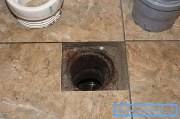 Вертикальный слив расположен непосредственно в полу ванной комнаты