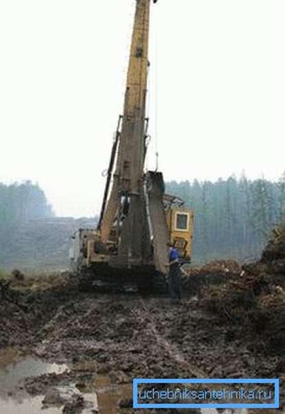 Весенняя разработка осложнена высоким уровнем воды на поверхности и в грунте.
