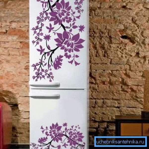 Виниловыми наклейками можно украсить даже холодильник