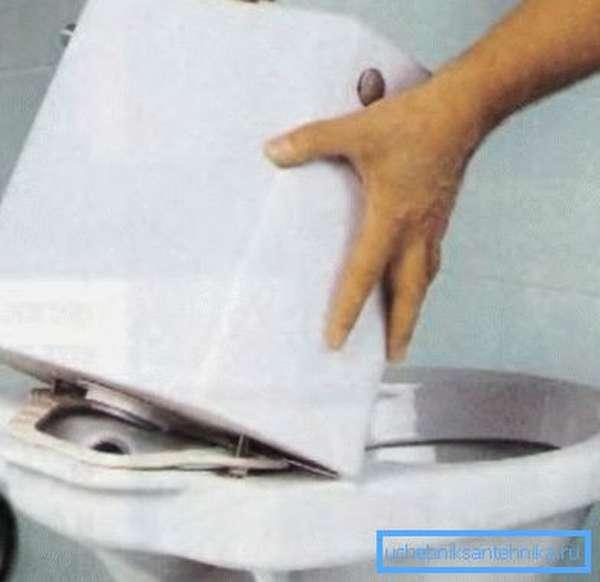 Вначале демонтируйте, а затем принимайте решение как склеить бачок унитаза
