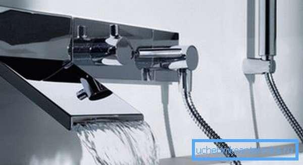 Внешний вид дизайнерского каскадного смесителя для ванны.