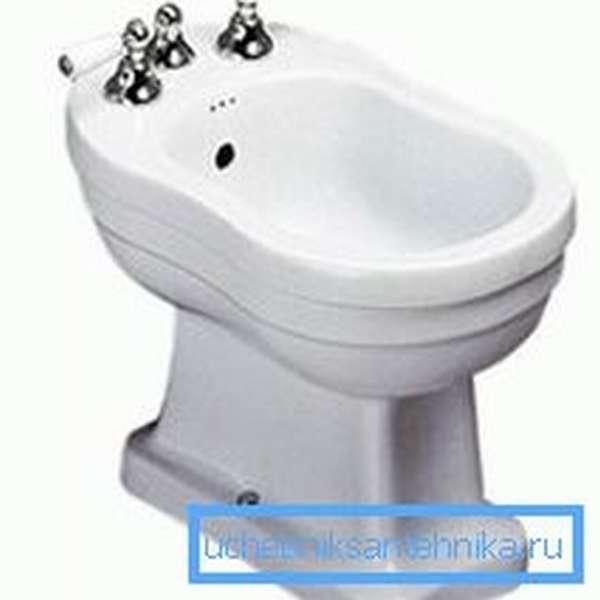 Внешний вид обычного устройства для подмывания с установленными краниками с водой разной температуры