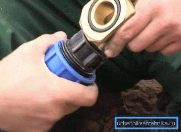 Внутренняя часть к трубе крепится при помощи фитинга