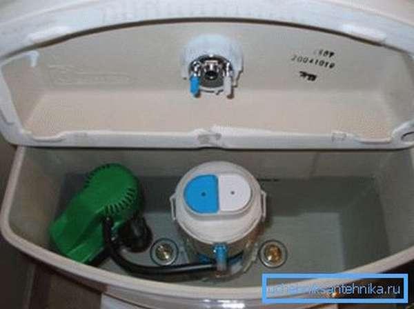 Внутри установлен механизм, который позволяет производить слив и последующее наполнение резервуара.