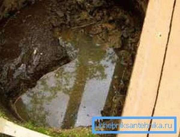 Вода и камни – две главные причины ситуации, когда при копке колодца зависли кольца