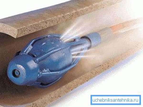 Вода под большим давлением очищает трубопровод изнутри