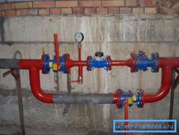 Водомерный узел. Приборы измеряют расход воды и давление после водосчетчика.