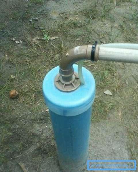 Водозаборный колодец, оборудованный оголовком