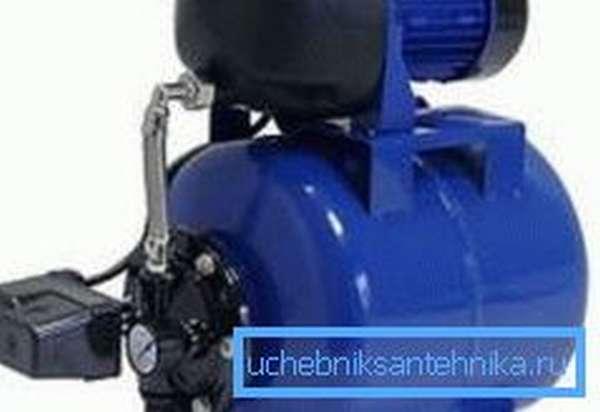 Водяной насос с гидроаккумулятором, предназначенный для скважин подобного типа