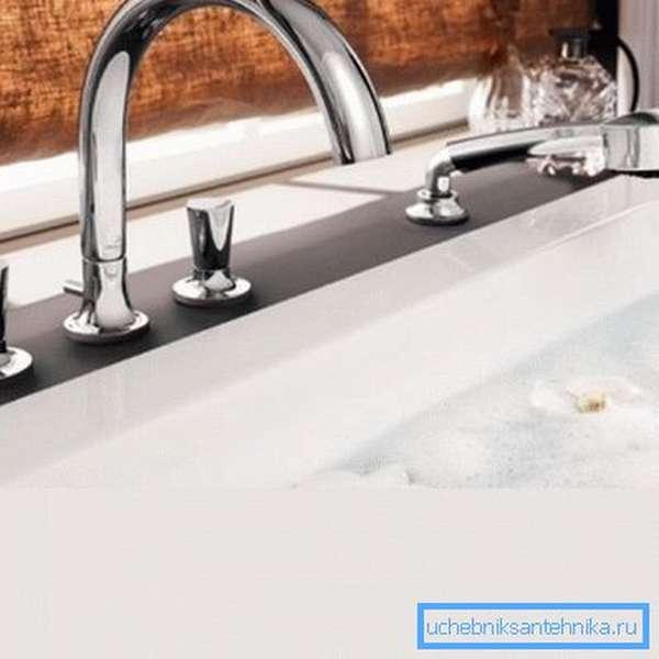 Вот так устанавливается двухвентильный смеситель на край ванны с душем.