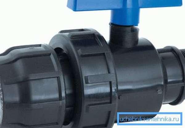 Вот так выглядит компрессионный фитинг, предназначенный для герметичного соединения двух труб