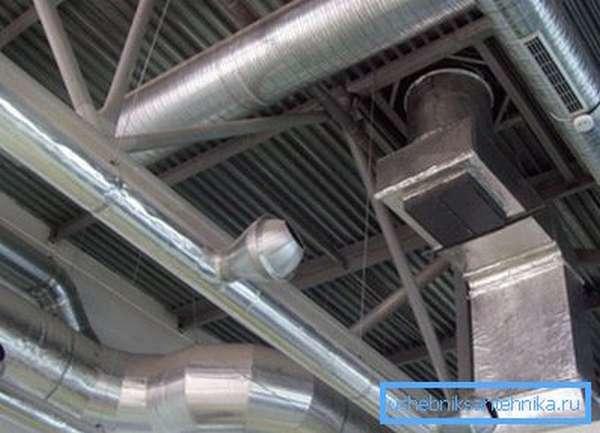 Воздуховоды крепятся к потолку помещения