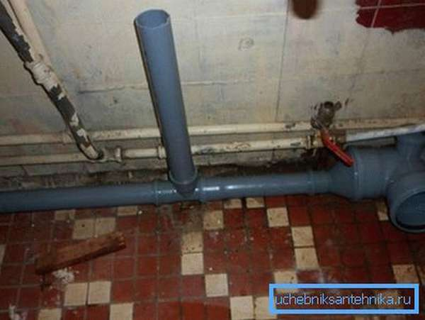 Врезка в пластиковые трубы канализации