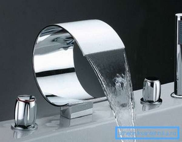 Врезные смесители на ванну могут иметь необычный ультрасовременный дизайн.