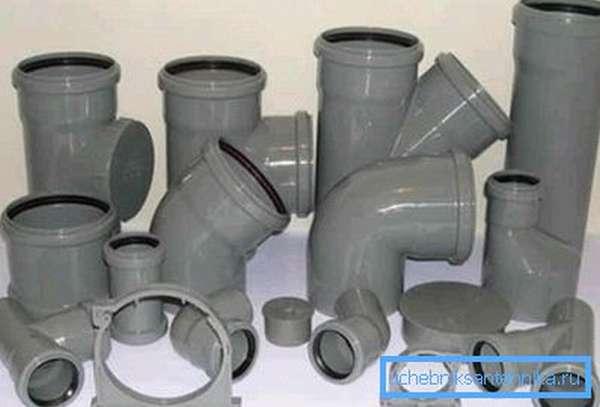 Все подобные изделия оснащаются специальными резиновыми уплотнителями, которые устанавливают в специальное место, созданное при изготовлении детали