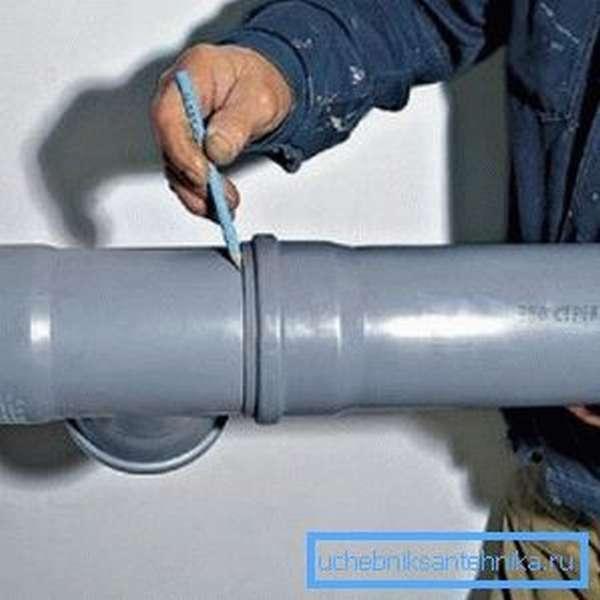 Вставив трубы, отметьте место нахождения раструба