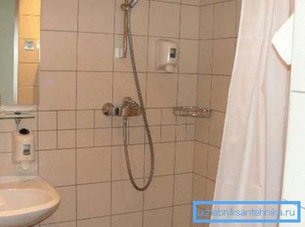 Встроенный в стену душ для ванной комнаты