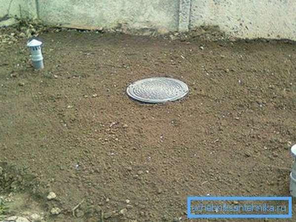 Выгребная яма удалена от дома и накрыта пластиковым люком