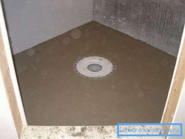 Забетонированный пол со сливом в центре. Сверху можно уложить деревянный настил.