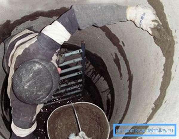 Заделываем стыки между кольцами цементным раствором.