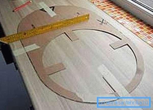 Зафиксированный на столешнице шаблон из картона