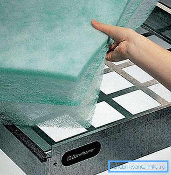 Закладка мелкоячеистого и волокнистого материала в корпус фильтра