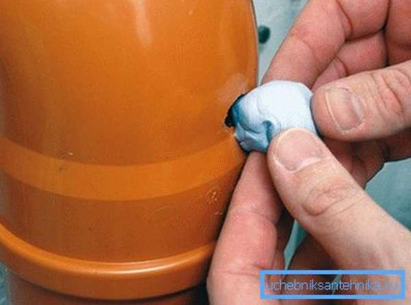 Заклеивание повреждения трубы герметиком