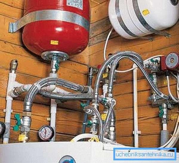 Закрытая емкость может устанавливаться не только в верхней точке, но и в другом месте отопительной системы