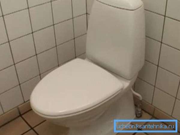 Закрытая крышка не позволит бактериям разлететься по туалетной комнате