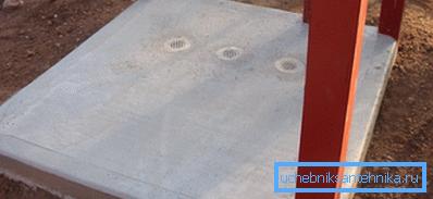 Залитая бетонная площадка с опорами каркаса по бокам