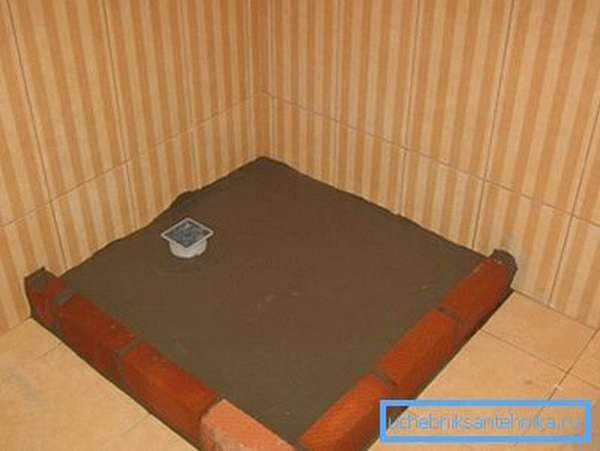 Залитый бетоном поддон