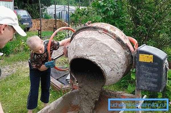 Заливание бетона в тачку
