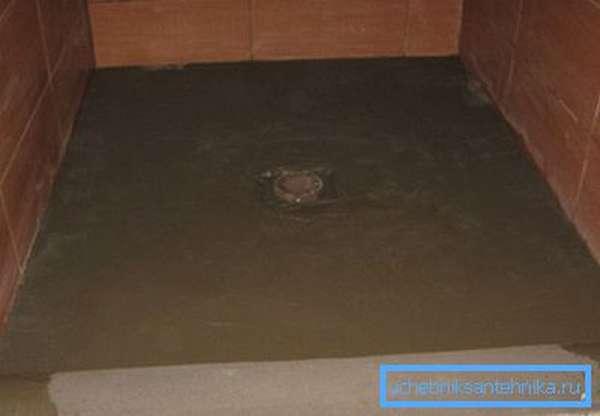 Заливка бетонной стяжки в основание пола выполняется после монтажа сливного трапа.