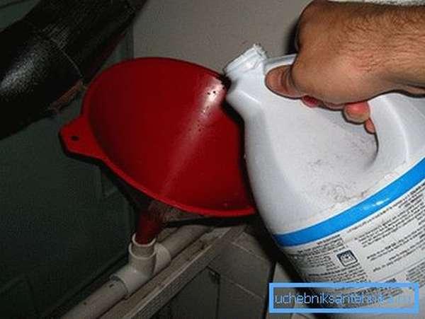 Заливка чистящего средства в трубу