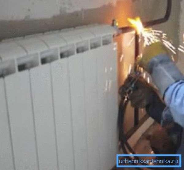 Замена радиатора отопления при помощи сварочного аппарата