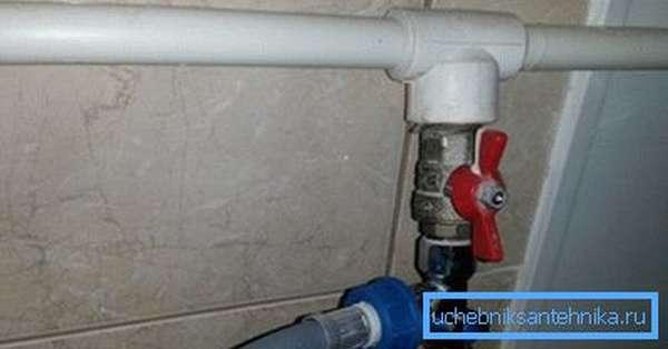 Запорная арматура на трубе, подающей воду в стиральную машину