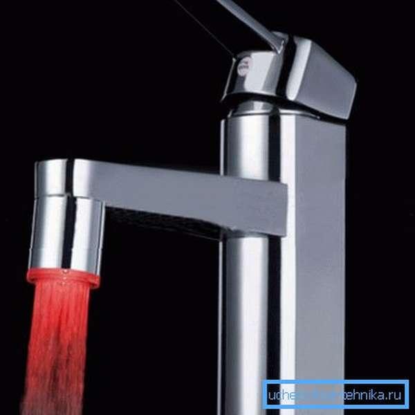 Заставить струю воды светиться в темноте можно с помощью встроенных светодиодов