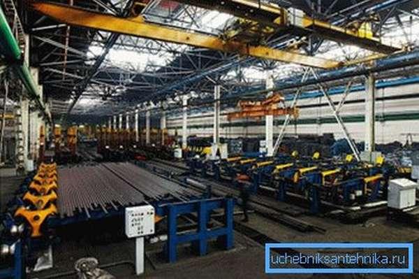 Заводы по производству такого материала занимают довольно большие площади и рассчитаны на конвейерные линии