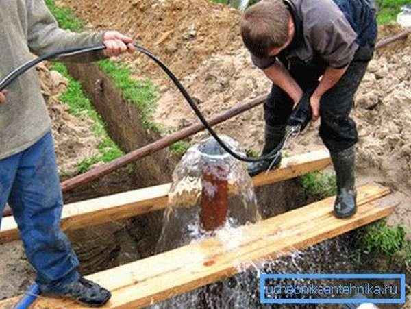 Жидкость под напором сама поднимается на поверхность и даже фонтанирует.